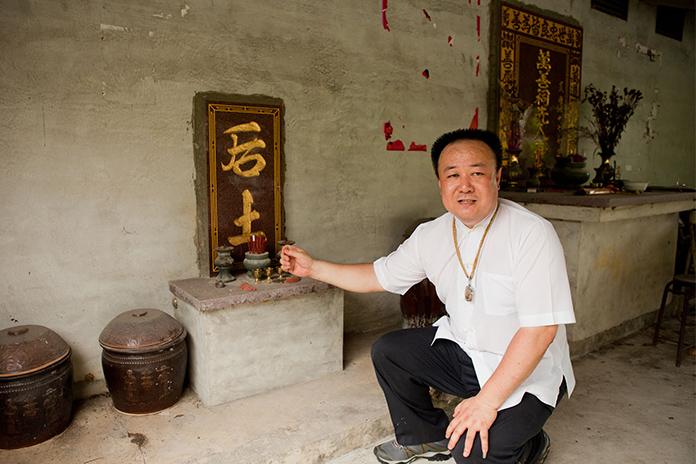 台灣的墳墓前方常見有「后土」的...